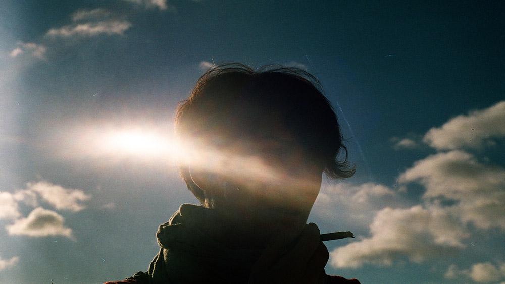não-consciência-local-e-o-cérebro-mulher-luz